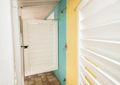 Anna-Maria-Island-Harbor-Lane-Court-Rental-outdoor-showers-2